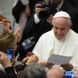 Funcionários do Vaticano e familiares animam audiência com o Papa