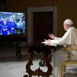 Papa conversa com astronautas que estão a 400 km da Terra